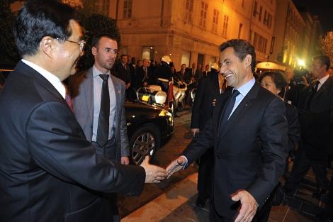 Nicolas Sarkozy saluda sonriente a Hu Jintao a su llegada a Niza. | Ap