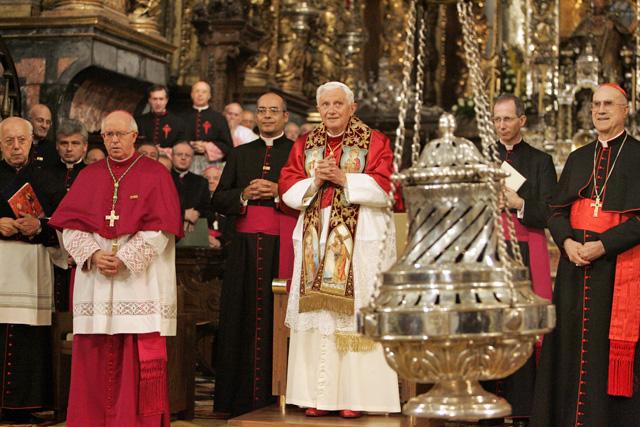Benedicto XVI, entre el arzobispo Julián Barrio (izqda.) y el secretario de Estado Vaticano, Tarsicio Bertone (dcha.).   Rosa González