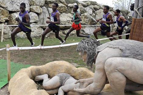 Medhin Teklemarian (C), y el segundo clasificado, el keniano Joseph Ebuya (I), | Ical
