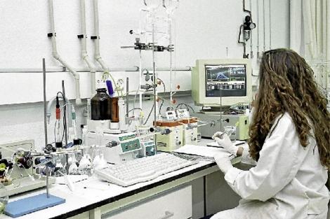 Una mujer trabaja en un laboratorio de la Universidad del País Vasco UPV-EHU. | EL MUNDO