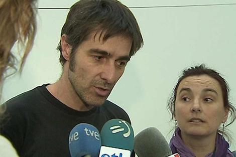 Mikel Basabe y Nekane Pérez tras llegar al aeropuerto de Barajas. | Efe