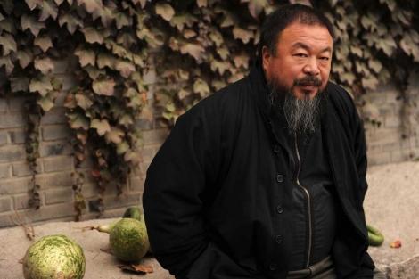 El activista en el jardín de su casa en Pekín.| Afp