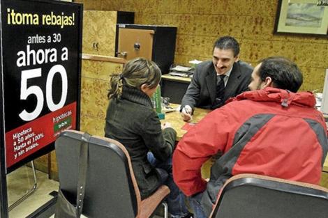 Las entidades buscan nuevas fórmulas ante el nuevo escenario de 2011.   I. Andrés
