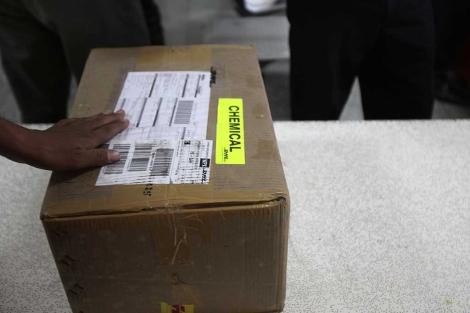 Un trabajador, con un paquete en el aeropuerto de Saná, Yemen.| Reuters