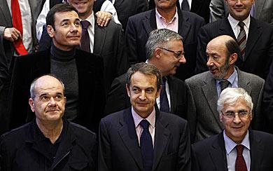 Zapatero, rodeado por Chaves, Barreda, Gómez, Blanco y Rubalcaba. | Efe