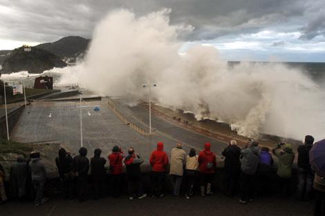Las olas golpean el Paseo Nuevo de San Sebastián. | Justy