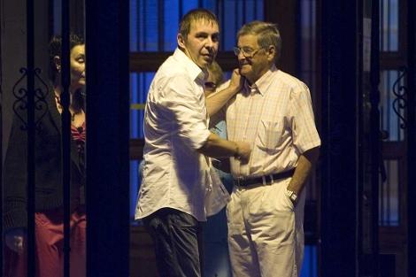 Otegi saluda a su padre al salir de la cárcel de Martutene en agosto de 2008. | Mitxi