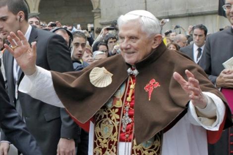 El Pontífice, en Santiago, con una esclavina.   Efe