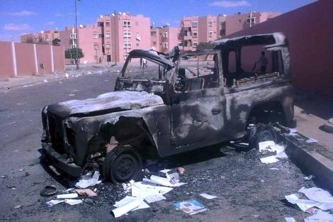 Un todoterrano quemado en El Aaiún tras el desmantelamiento del campamento Gdaim Izik. | Efe