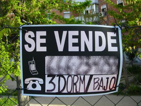 Cartel de un piso en venta en Madrid capital.   Roberto Cárdenas