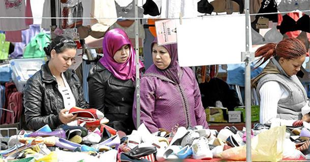 Inmigrantes en un mercado de Vic.  Marta Pich