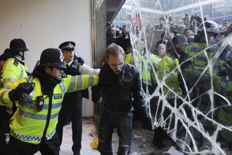 La Policía intenta evitar la entrada de los estudiantes en la sede del Partido Conservador. | Efe