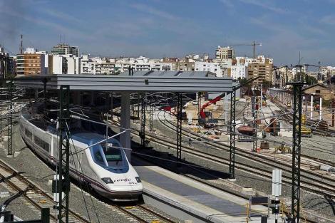 Un convoy del AVE en pruebas sale de la estación provisional de Valencia   Vicent Bosch