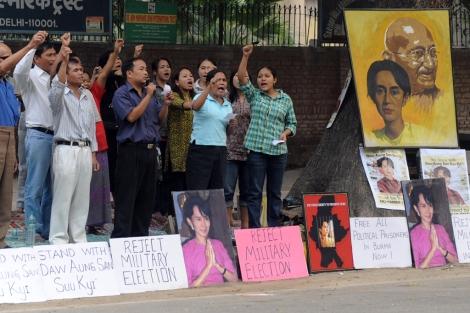 Activistas esperan la liberación de la disidente San Suu Kyi. | AFP