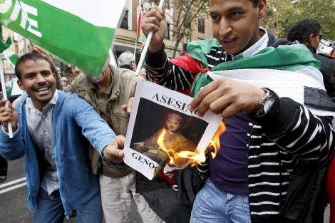 Dos saharauis queman una foto de Mohamed VI. | Efe