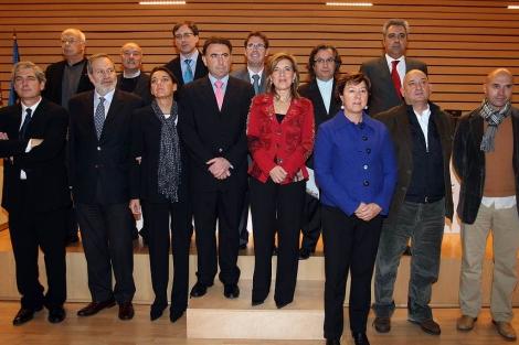 La consejera María José Salgueiro posa con los galardonados. | Ical