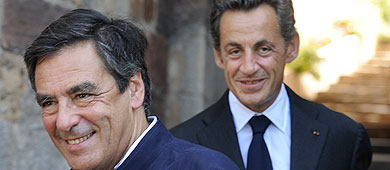 Sarkozy (detrás) y su primer ministro Fillon, en agosto. | AFP