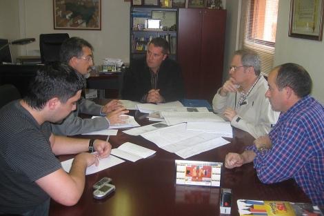 Segundo por la derecha, el cura en una reunión de participación ciudadana de Vilafamés.