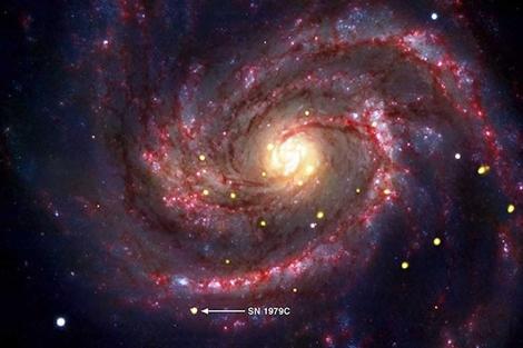 La flecha indica la supernova SN 1979C en la galaxia M100.| NASA