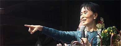 Suu Kyi saluda a sus seguidores tras ser liberada. Afp