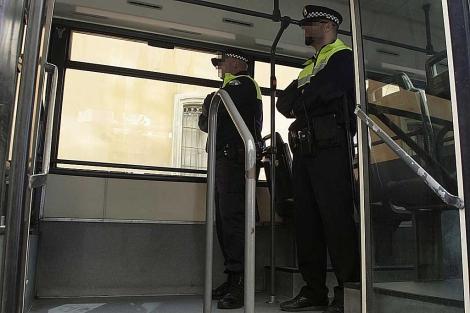 Dos agentes de camino a una patrulla en un autobús. | Francisco Ledesma