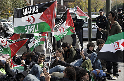 Protesta pro saharaui en el exterior del Ministerio del Interior. | Efe