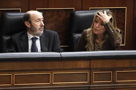 Alfredo Pérez Rubalcaba y Trinidad Jiménez en el pleno del Congreso de los Diputados. | Efe