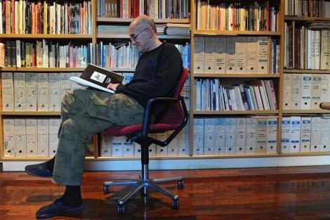 Antonio Altarriba hojea su obra premiada. | Nuria González