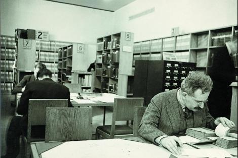 Walter Benjamin, en una biblioteca. | SECC