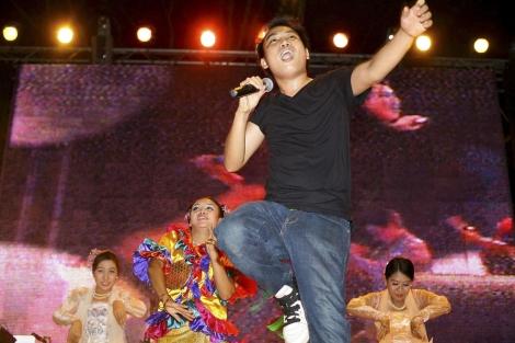 El cantante birmano de rap Thxa Soe durante una actuación en Yangon (Birmania)