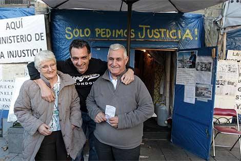 La familia de Antonio Meño, feliz tras la resolución. (Rivas)