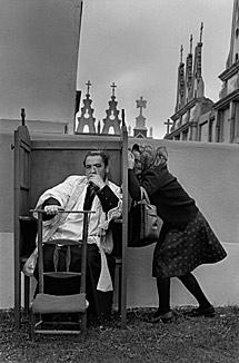 La confesión (Saavedra). | C. G. R. / Magnum Photos