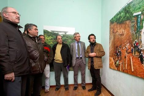 Jordi Sarrá (derecha) explica una de las imágenes. | Santi Otero