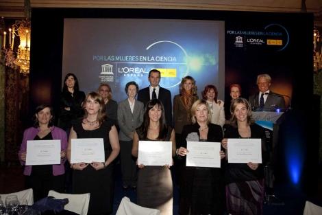 Las premiadas, junto al jurado, la ministra y otras autoridades.|EL MUNDO