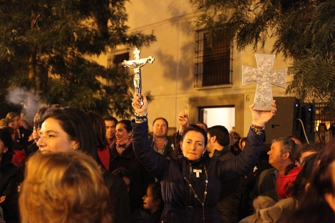 Una mujer sostiene dos crucifijos durante la protesta. | David Vigario
