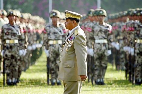 El general Than Shwe pasa revista a las tropas. | Reuters