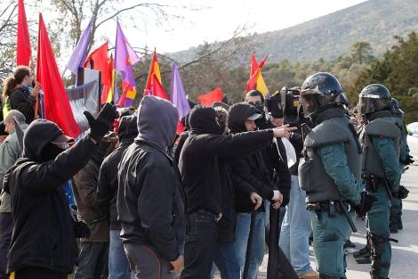Antifascistas concentrados hoy frente a la puerta de acceso del Valle de los Caídos. | Foto. Efe