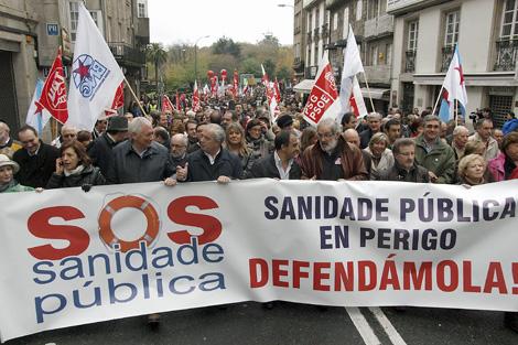 Miles de personas salen a la calle contra la política 'privatizadora' de Feijóo.   Efe