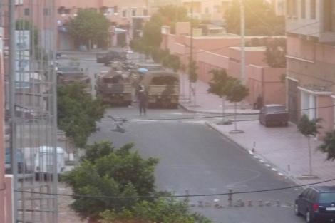 Vehiculos militares en una calle de El Aaiún al amanecer. | Ana Romero