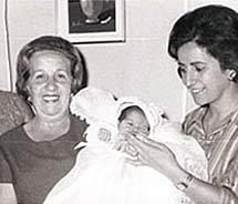 María, recién nacida, junto a su familia falsa.
