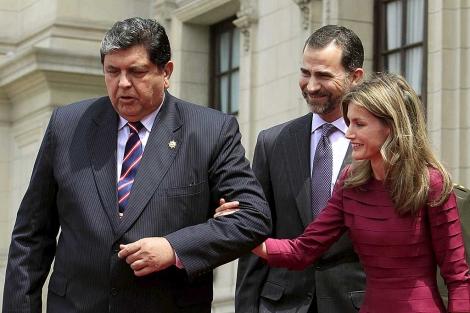 Alan García acompaña a la Princesa Letizia junto a Don Felipe en el recibimiento en Lima.   Efe