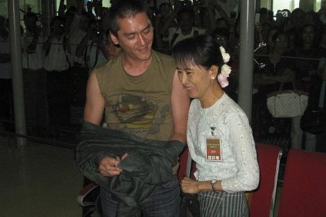 Suu Kyi junto con su hijo menor, Kim, en el aeropuerto. | AP