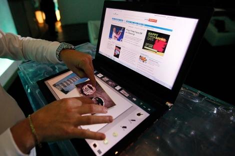 El Iconia, el nuevo ordenador con dos pantallas. | Reuters