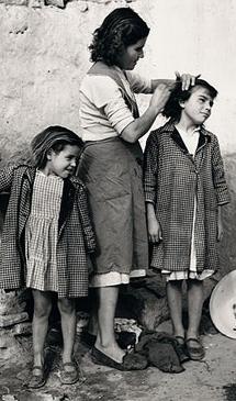 'María peinando a unas niñas'.