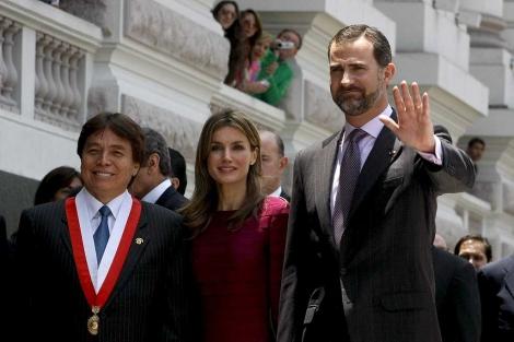 Los Príncipes de Asturias, acompañados del presidente del Congreso peruano.   Efe