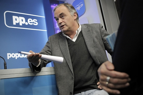 Esteban González Pons, en su comparecencia en la sede del PP. | Foto: Alberto di Lolli