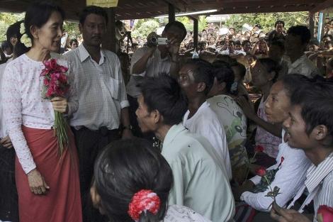 Suu Kyi (i), durante su visita al centro de atención a pacientes de VIH. | AP
