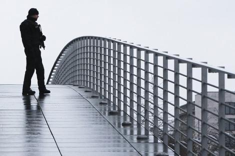 Un agente alemán en un puente de Berlín, en las inmediaciones de la sede del Gobierno. | AP