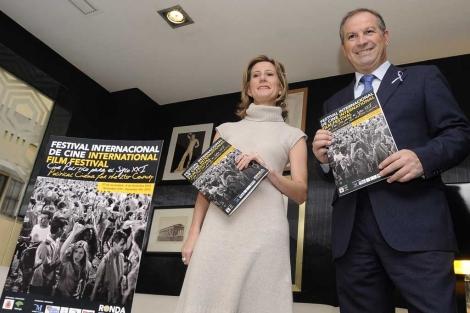 La directora del festival, Piluca Baquero, y el alcalde de Ronda, Antonio María Marín Lara. | N. Alcalá