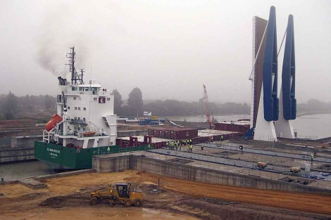 El primer buque en navegar por el vaso de la nueva esclusa fluvial.   Efe